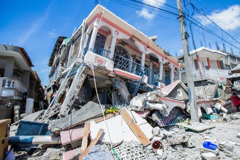 Casa parcialmente tmpbada sobre escombros