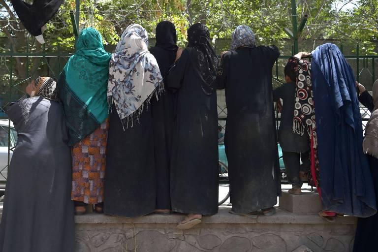 'Professores se despedem de alunas': a angústia das mulheres com a volta do Taleban no Afeganistão