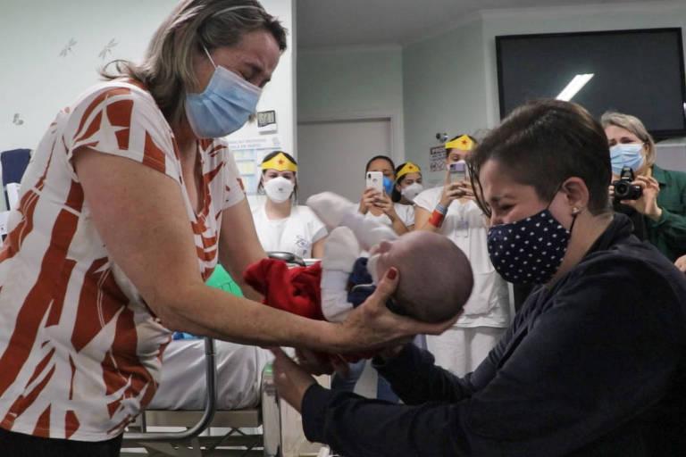 Mãe reencontra filho cinco meses após dar à luz intubada e com Covid-19