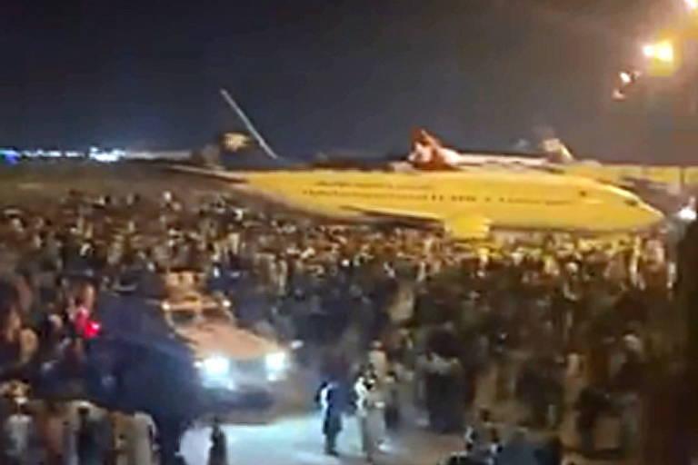 Multidão lota aeroporto de Cabul para tentar fugir do Taleban