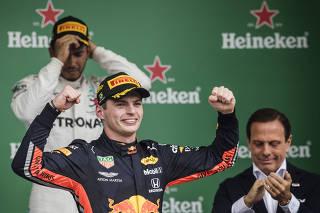GP Brasil de Formula 1 no Autodromo de Interlagos. Piloto Max Verstappen da Red Bull  sobe ao podium e comemora vitoria no GP Brasil de F1  a frente de Lewis Hamilton e antes de receber o trefeu  do Governador Joao Doria (atras)