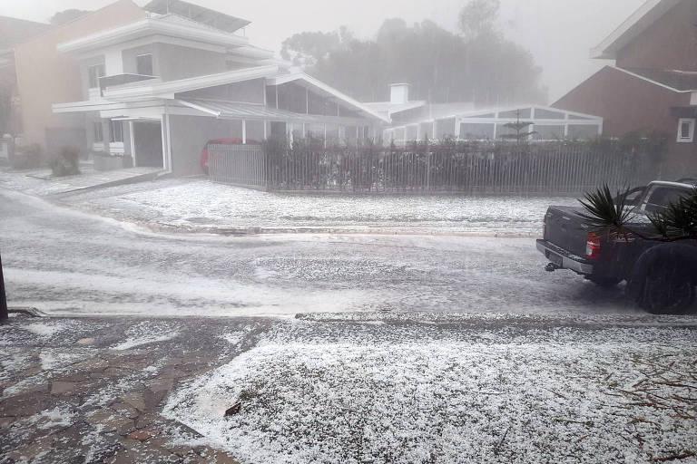 Tempestade com granizo deixa ruas cobertas de gelo em Curitiba; veja vídeo