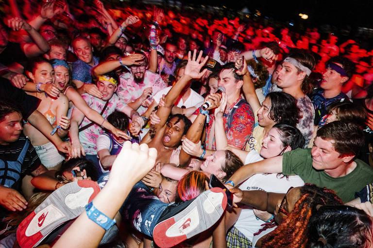 Pessoas aglomeradas em show