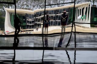 Prédio sede do STF refletido nos espelhos do Salão Nobre do Palácio do Planalto