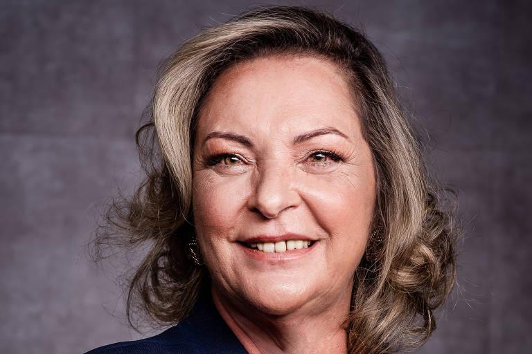 Retrato de Cristina Andriotti, mulher branca, loira, sorrindo