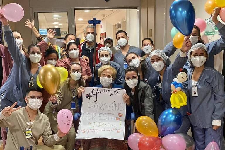 Glória Menezes é homenageada ao deixar hospital