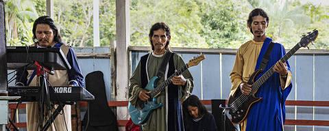 """Benjamin Constant, AM. 19/06/2021. Musicos tocam durante o culto na igreja Miss""""o Israelita do Novo Pacto Universal durante retiro dos fieis em uma igreja na zona rural de Benjamin Constant, no Brasil. A maioria dos israelitas mora em Islandia, no Peru, do outro lado do rio Javari.  (Foto: Lalo de Almeida/ Folhapress )  MUNDO ORG XMIT: AGEN2107061908792551"""
