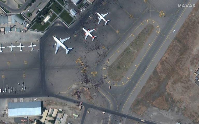 Imagens de satélite mostram caos no aeroporto de Cabul