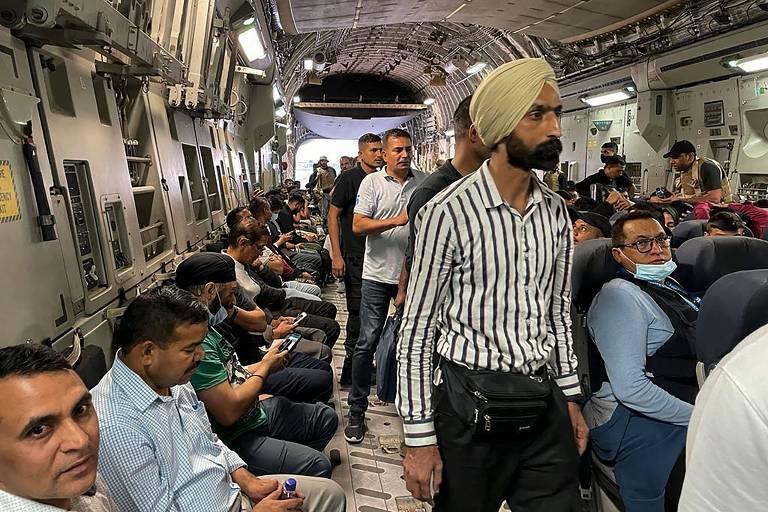 Indianos, que sofreram perseguição sob o Taleban, são evacuados de Cabul em avião militar