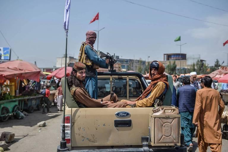 Soldados do Taleban patrulham a região de Kote Sangi, em Cabul