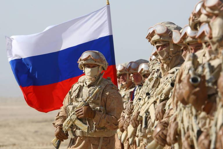 Militares russos participam de exercício com forças tadjiques e uzbeques em Khatlon, perto da fronteira com o Afeganistão