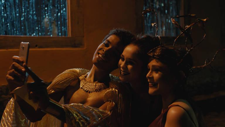 Filme com protagonista trans contrasta realidade e contos de fadas