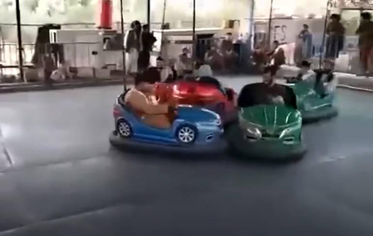 Talebans brincam em carrinho bate-bate em parque de diversões tomado por grupo fundamentalista islâmico, em Cabul