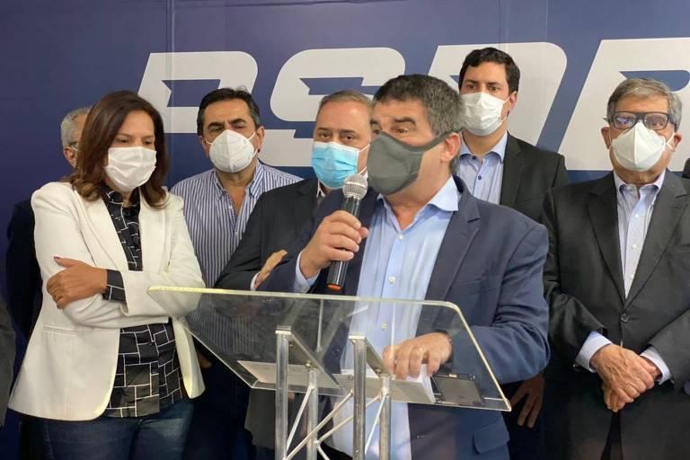 O vice-governador de Minas Gerais, Paulo Brant, em discurso no ato de filiação ao PSDB. Brant está ao lado de outros integrantes do partido e tem ao fundo o nome da legenda.