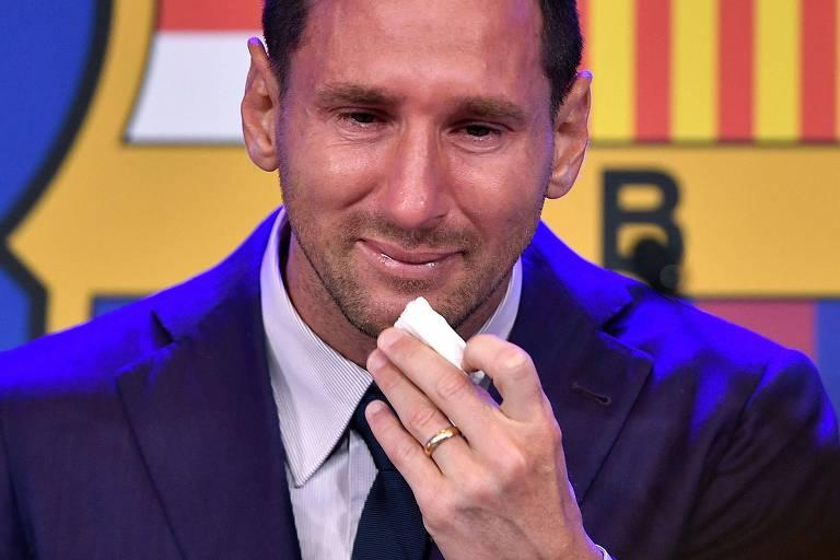 Lenço usado por Messi na despedida ao Barcelona é ofertado por R$ 5 milhões