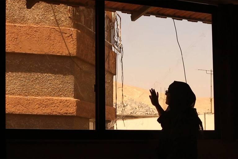 Documentário sobre mulheres árabes afetadas pela guerra é feito de silêncio e distância
