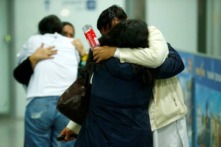 Voos de pessoas resgatadas no Afeganistão começam a chegar à Europa