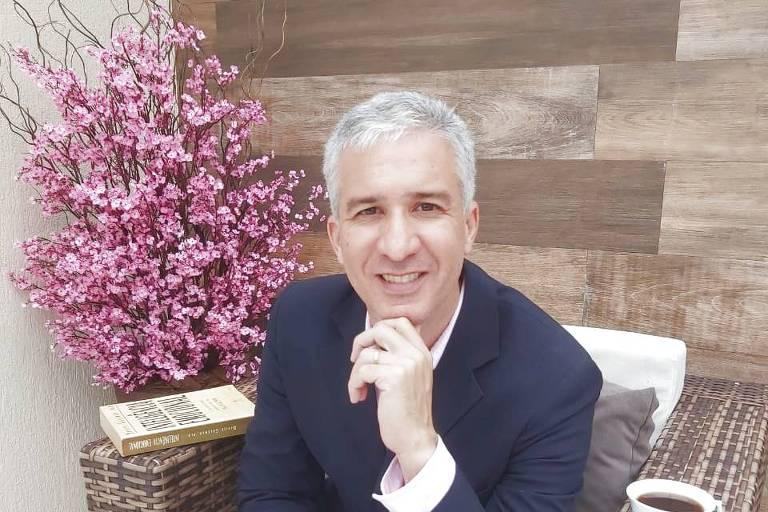 O engenheiro Edson Pimentel, sentado em uma poltrona, com roupa social