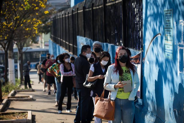 Jovens com idades entre 16 e 17 anos começam a ser vacinados na capital paulista