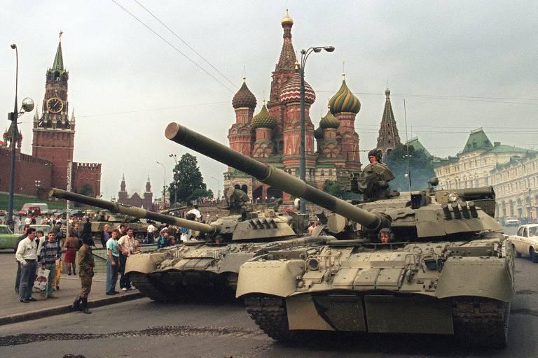 Tanques soviéticos são estacionados no acesso sul à praça Vermelha em 19 de agosto de 1991, dia do golpe que acabou derrotado para remover Gorbatchov do poder