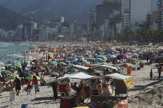 Movimentação de banhistas na praia de Ipanema (RJ)