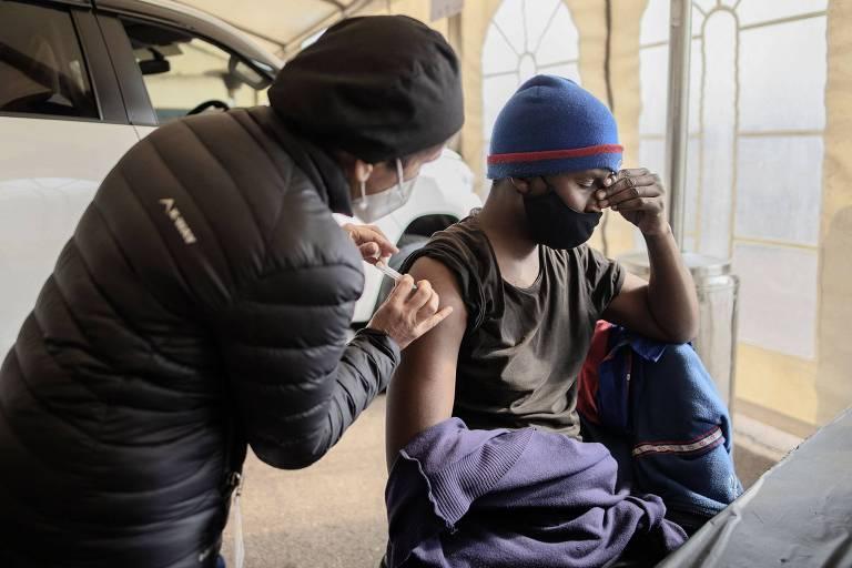 Sul-africano recebe dose da vacina contra a Covid-19 em Centurion