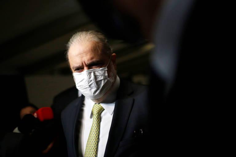 Leitores criticam Queiroga e Aras por falas sobre máscaras
