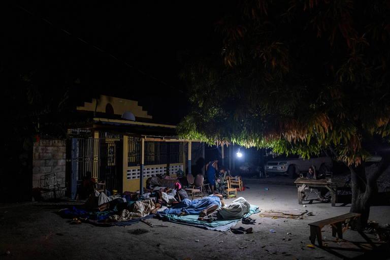 Haitianos em Les Cayes descansam fora de suas casas após terremoto que deixou milhares de mortos no país