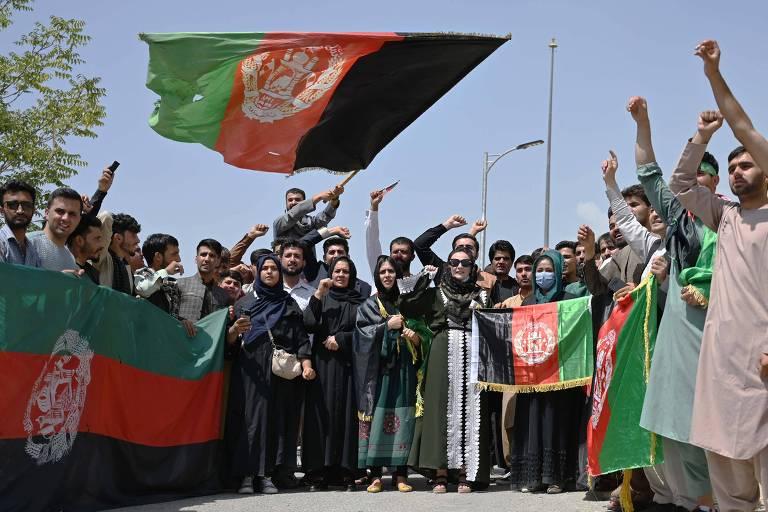 Talibã celebra vitória sobre EUA e amplia repressão, deixando manifestantes mortos