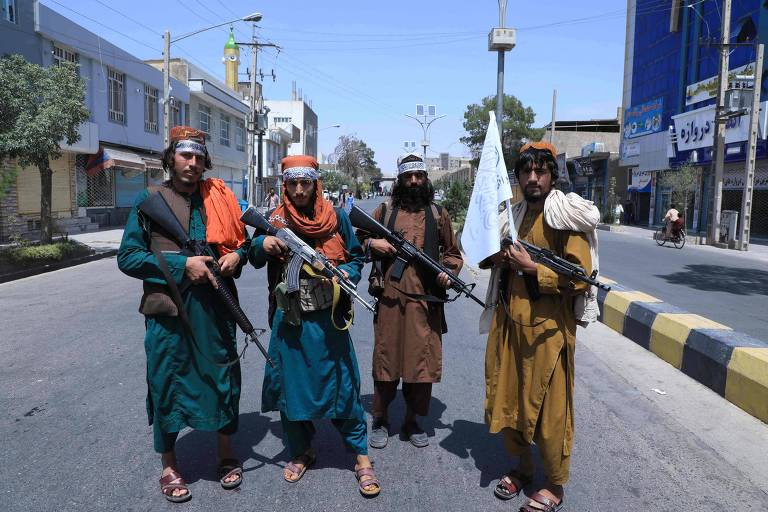 Talibãs guardam rua em Herat em dia de procissão religiosa muçulmana
