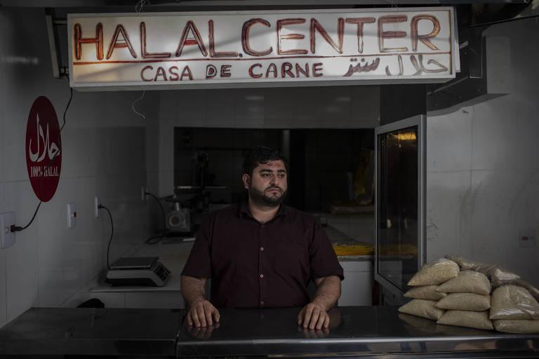 O afegão Fazal Ahmed, 28, que mora no Brasil desde 2012, em seu açougue na zona norte de São Paulo
