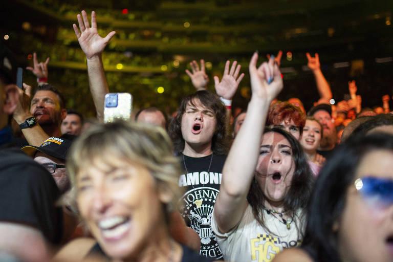 Público do Foo Fighters no show-teste que reuniu 15 mil no Madison Square Garden (NY) e exigiu prova de vacina