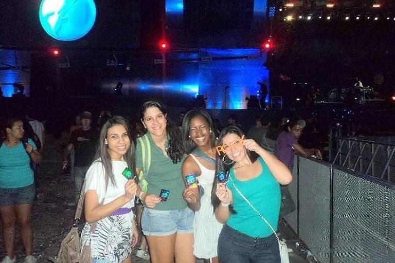 Quatro mulheres, três brancas e uma negra segurando ingressos do festival Rock in Rio