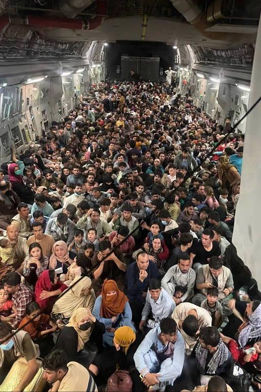 Cerca de 640 afegãos foram evacuados em avião militar americano para o Qatar