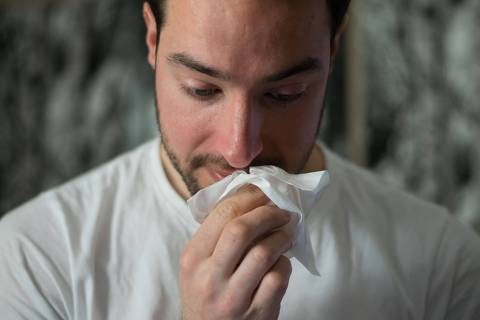 Para que serve a meleca do nariz - web stories - lenço limpando nariz