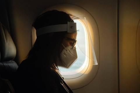 Jet lag avião passageiro - web stories - máscara face shield