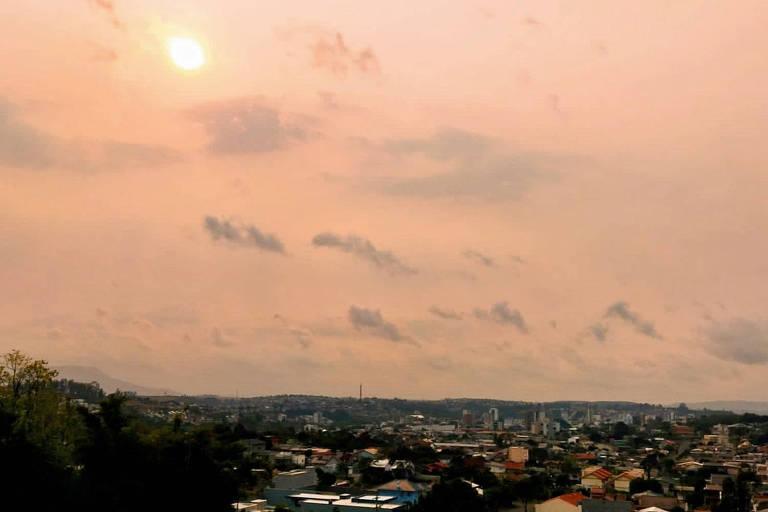 Fumaça de queimadas na Amazônia e no Paraguai cobre céu de cidades no RS