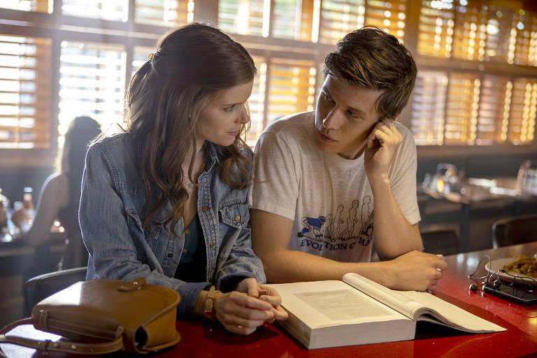 """Kate Mara e Nick Robinson em cena da série """"A Teacher"""", criada por Hannah Fidell"""