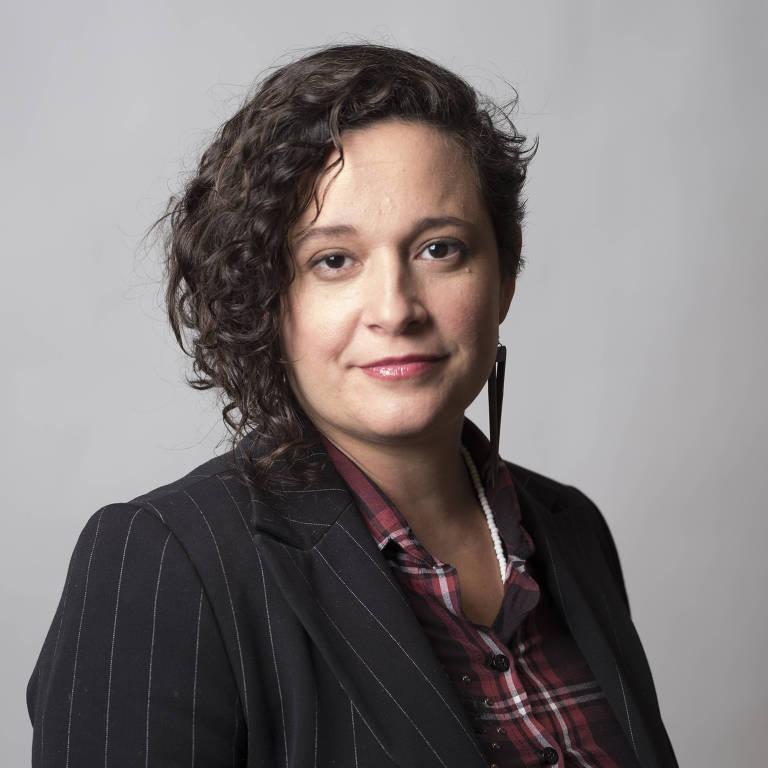 Mulher com cabelos na altura do ombro usando blazer preto