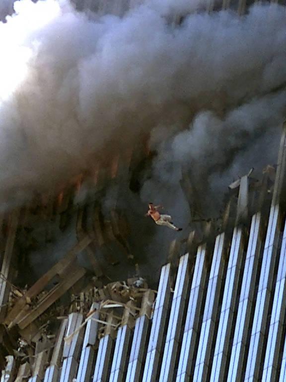 Homem se joga do edifício um das Torres Gêmeas, em NY, após avião atingir prédio