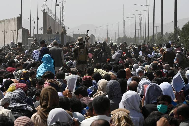 Com caos no aeroporto, mortes em retirada do Afeganistão chegam a 20