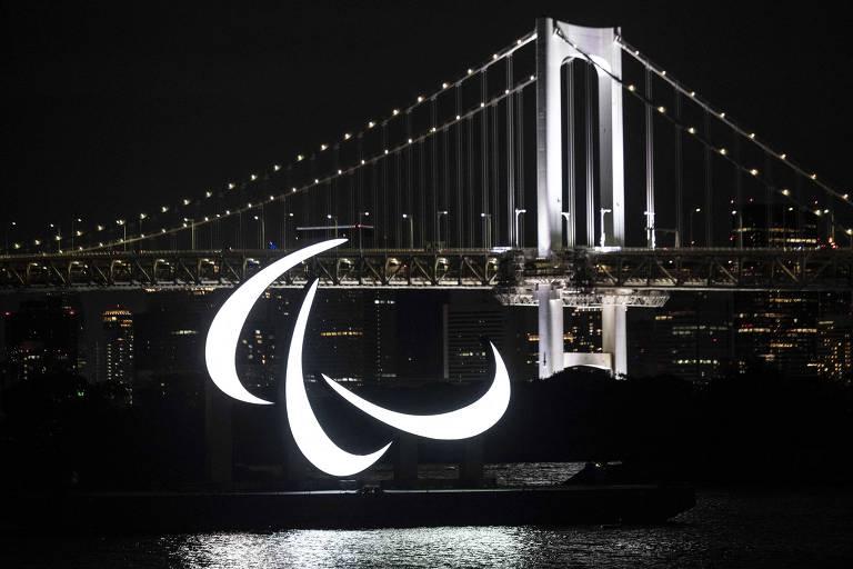 Símbolo dos Jogos Paraolímpicos iluminado na Baía de Tóquio
