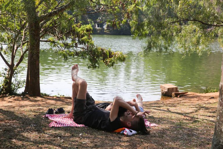 Calor no inverno atrai milhares de pessoas para parques na capital paulista