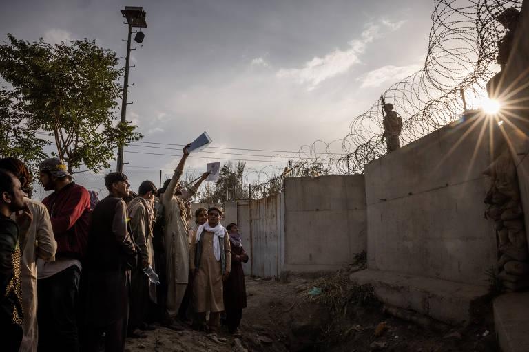Entre medo e desesperança, afegãos tentam escapar de Cabul sob o Talibã