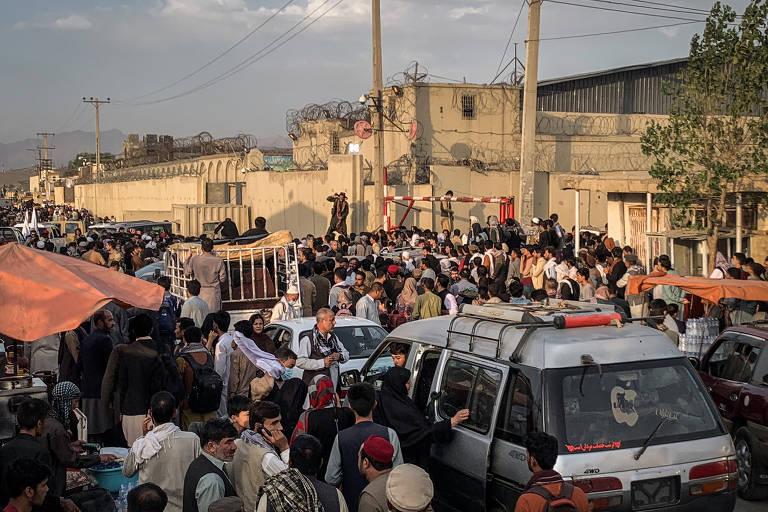 Afegãos tentam escapar de Cabul sob o Talibã