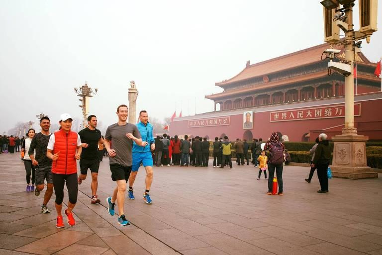 O fundador do Facebook, Mark Zuckerberg (de camisa cinza) corre em Pequim