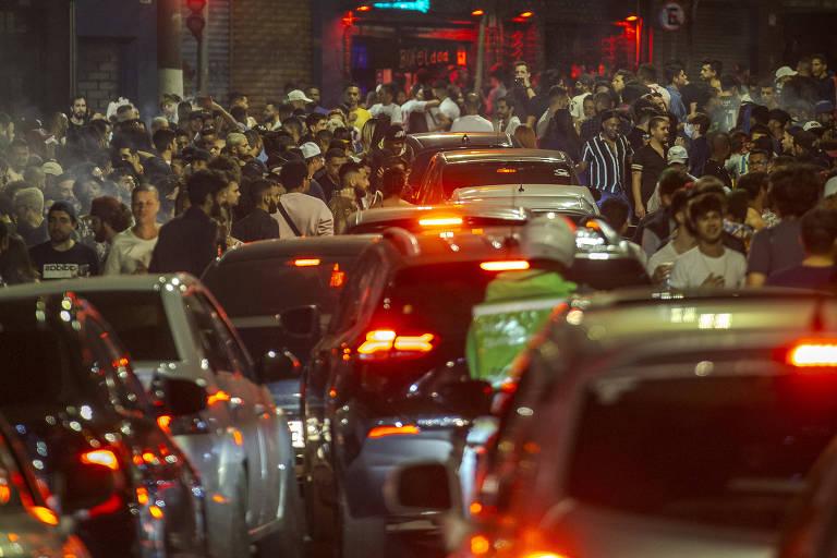 Imagem da rua Peixoto Gomide, região central da capital, pessoas lotam bares e tomam as ruas na noite desse sábado (21), no primeiro fim de semana após o fim das restrições impostas pelo governo do estado por causa da Covid; boa parte do público não usava máscara
