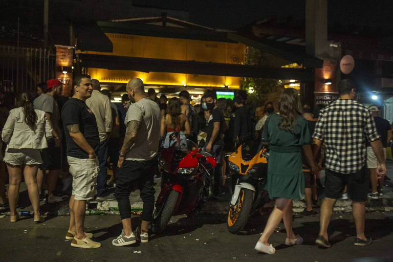 A imagem mostra  frequentadores da Vila Madalena que lotaram bares e ruas, muitos deles não usavam máscara, na noite desse sábado (21), que marcou o primeiro fim de semana na capital paulista, sem as restrições impostas pelo governo do estado por causa da Covid