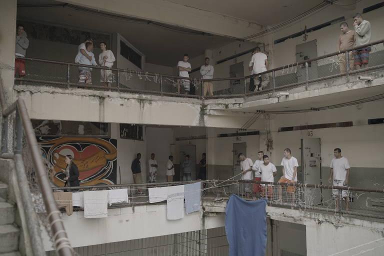 Confira cenas do documentário 'Encarcerados'