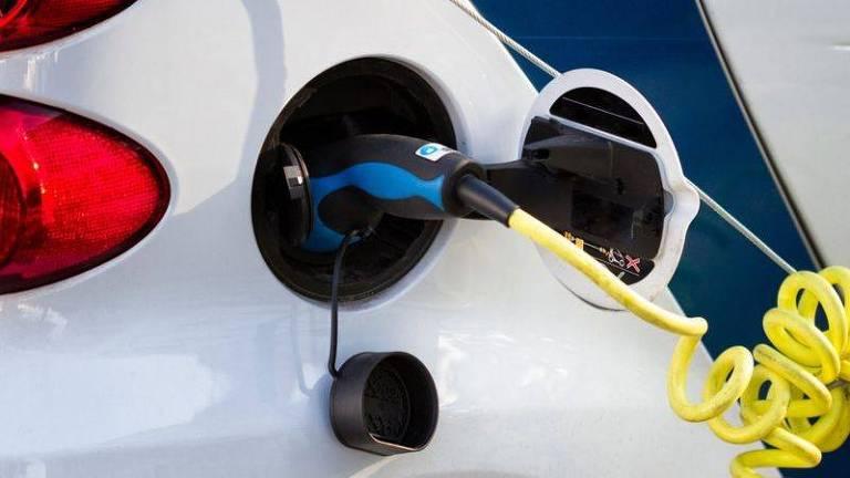 Até 2030, os EUA planejam ter metade de sua frota automotiva composta por veículos elétricos (hoje são cerca de 2%); e, em 2035, a União Europeia espera eliminar todos os carros com motor à combustão